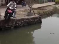 2 tên cướp lao thẳng xe máy xuống hồ để thoát thân
