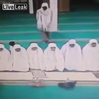 Tên trộm lợi dụng những người sùng đạo để lấy đồ
