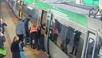 Hành khách hợp sức xô nghiêng toa tàu để cứu người tại Úc