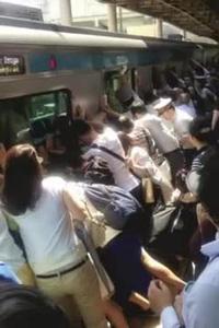 Hành khách hợp sức xô nghiêng toa tàu để cứu người tại Nhật Bản