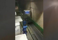 Cách bốc xếp hành lý gây choáng của nhân viên sân bay