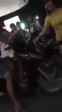 Thiếu nữ đánh bạn trai dã man ngay giữa phố