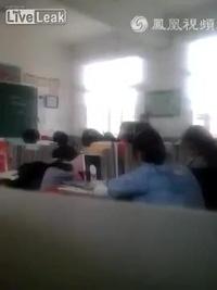 Nữ sinh ức chế choảng nhau với thầy giáo tại Trung Quốc
