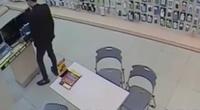 Thanh niên ăn mặc lịch sự trộm laptop trong 10 giây