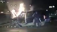 Cảnh sát cứu tài xế trong ôtô bị cháy như phim