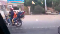 Ngủ ngửa trên xe máy kẹp 5 - Hình ảnh chỉ có ở Việt Nam