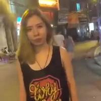 Cô gái ngang nhiên hôn trộm bạn trai người khác
