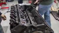 Clip quá trình đại tu động cơ V8 của Chevrolet