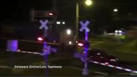Cảnh sát dũng cảm cứu tài xế bị mắc kẹt giữa đường tàu
