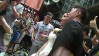 Cô dâu chú rể chụp ảnh cùng biểu tình Hồng Kông