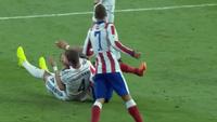 Sergio Ramos lén lút đấm trộm đối phương