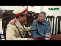 Hà Nội: Cảnh sát giao thông tìm nhà giúp ông già đi lạc