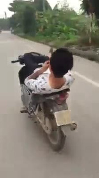 """Nam thanh niên """"vồ ếch"""" vì lái xe bằng chân"""