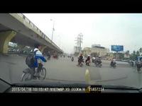 Hà Nội: Cua gấp, xe bán tải hất văng máy trộn bê-tông xuống đường