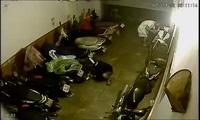 """Cửa cuốn """"hớ hênh"""", kẻ gian trộm xe SH và Lead trong 10 phút"""