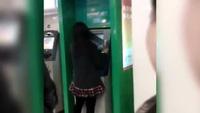 Thiếu nữ gặp họa vì mải làm điệu bên cột ATM