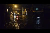Đường phố Sài Gòn ngập sâu cả mét sau mưa lớn
