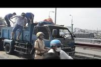 Xe tải bốc cháy trên cầu, giao thông kẹt cứng