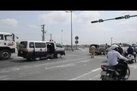 Xe cứu thương húc 2 ô tô trên đường dẫn cao tốc