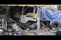 Những hình ảnh hãi hùng vụ xe ben lao vào nhà dân