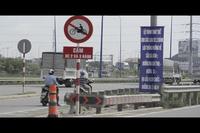 Phớt lờ lệnh cấm, nhiều người liều mình chạy xe trên cầu vượt Cát Lái