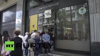 Sợ ngân hàng đóng cửa từ thứ Hai, người Hy Lạp đổ xô rút tiền