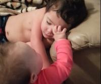 Đáng yêu clip bé 8 tháng tuổi đánh thức anh dậy (P2)