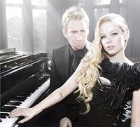"""Avril Lavigne hát cùng chồng trong """"Let Me Go"""""""