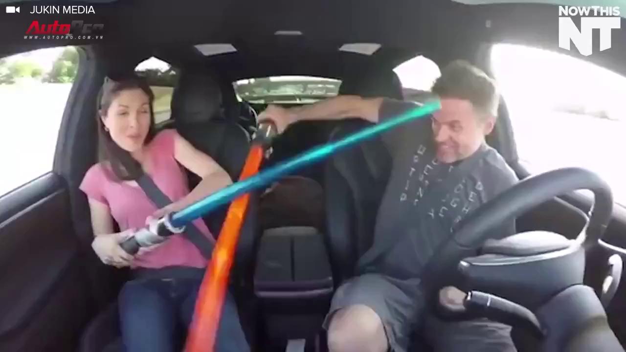 Cặp đôi đùa nghịch để xe tự lái trên đường