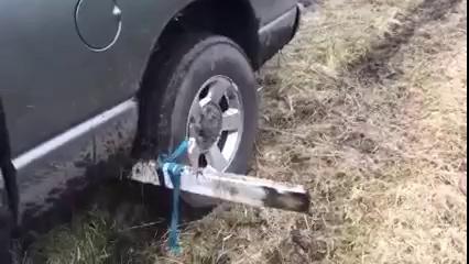 Dùng thanh gỗ cứu xe thoát lầy