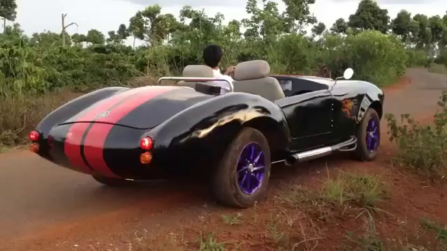 Xem Shelby Cobra 427 tự chế của thợ Đắk Nông vi vu trên Tây Nguyên.