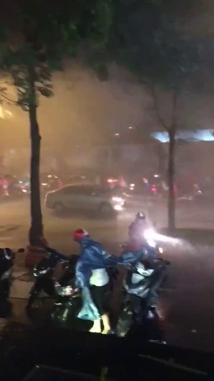 Sài Gòn mưa lớn tối ngày 27/9 kèm sấm chớp liên tục.