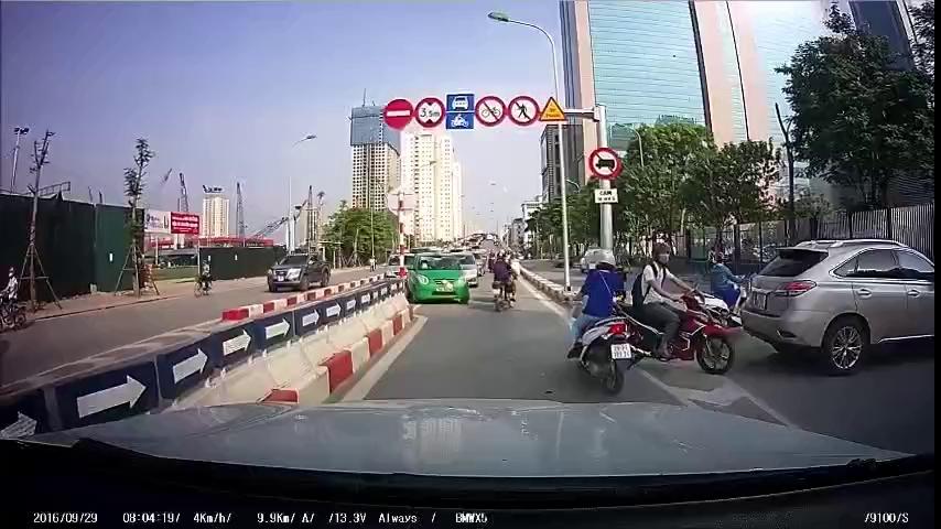 Ngán ngẩm cảnh người Việt lũ lượt đi ngược chiều tại cầu vượt Hoàng Minh Giám