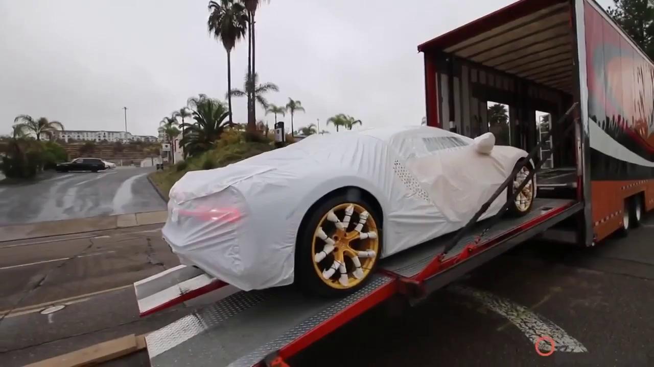 Xem chiếc Bugatti Chiron đầu tiên cập bến Bắc Mỹ được vận chuyển xuống mặt đường
