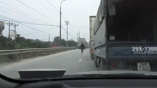 Xe tải phải chạy giật lùi vì lấn sang làn đường ngược chiều