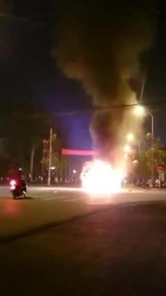 Ford Focus cháy giữa đường trong đêm Giao thừa
