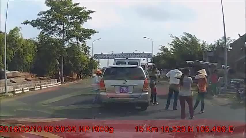 Camera hành trình ghi được cảnh bán hàng rong ăn trộm tiền trong xe biển xanh