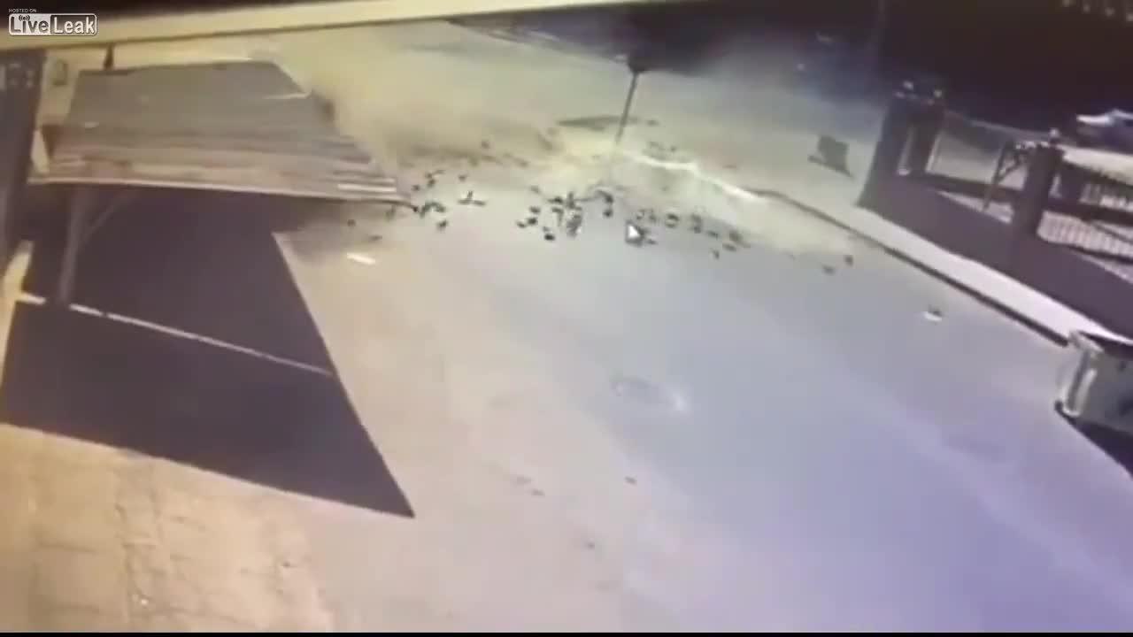Hai ô tô drift hỏng, đâm vào dàn xe đỗ tại ngã tư