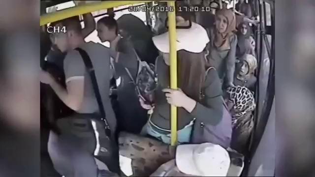"""Giở trò bệnh hoạn trên xe buýt, """"yêu râu xanh"""" bị đánh hội đồng"""