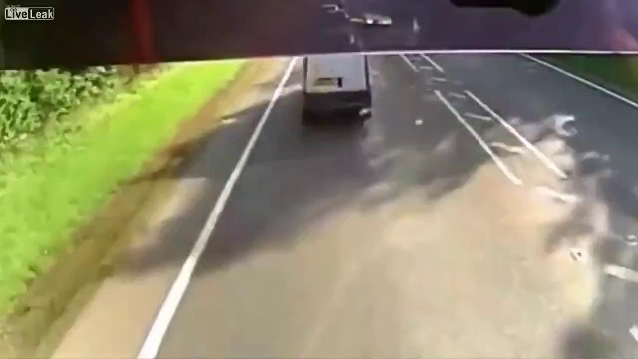 Xe tải đâm liên tục 4 ô tô chỉ trong vài giây
