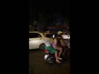 Hà Nội: Mazda6 vượt đèn đỏ, bị Hyundai và xe máy chặn đầu