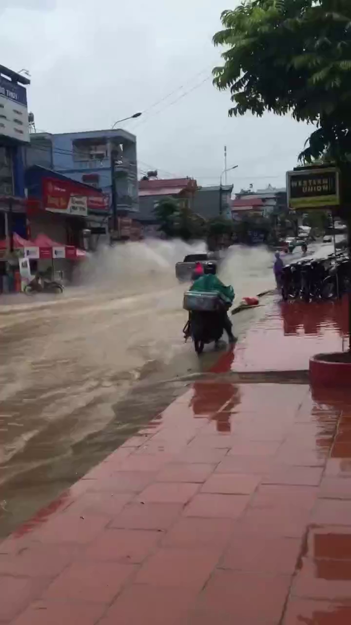 Ford Ranger chạy qua đường ngập, tạt nước quá đầu người đi xe máy