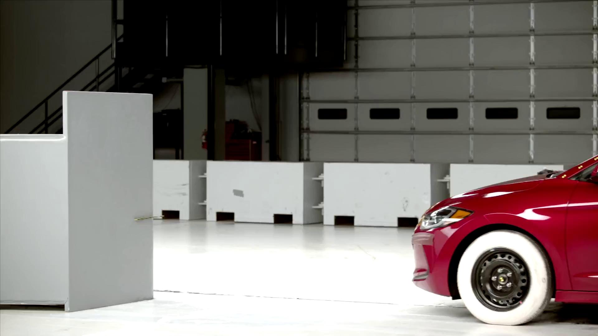 Hyundai Elantra 2017 đạt danh hiệu an toàn cao nhất