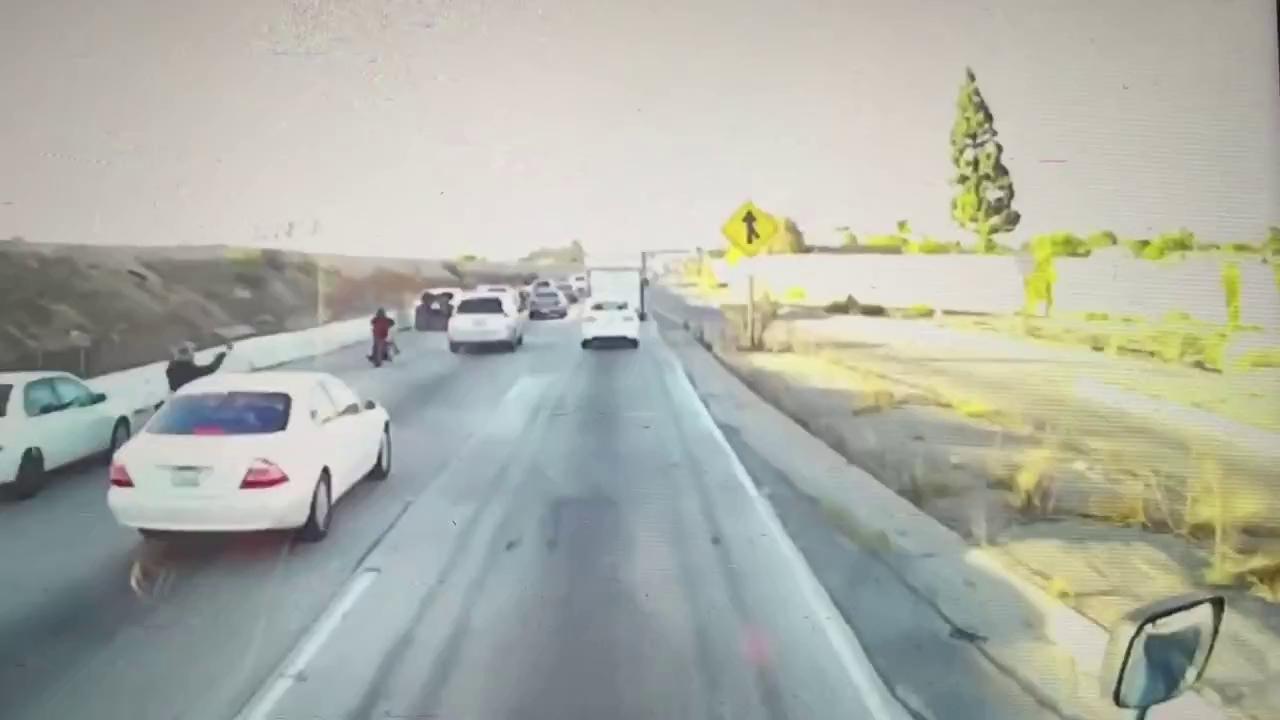 Bị ép ngã xe, biker tức tối nhảy lên thùng xe bán tải.