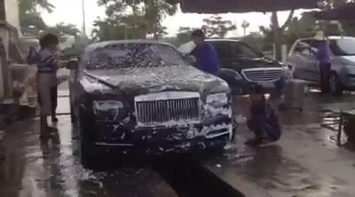 """Xem Rolls-Royce Dawn quà biếu 25 tỷ Đồng """"tắm rửa"""" trên phố Hải Phòng."""