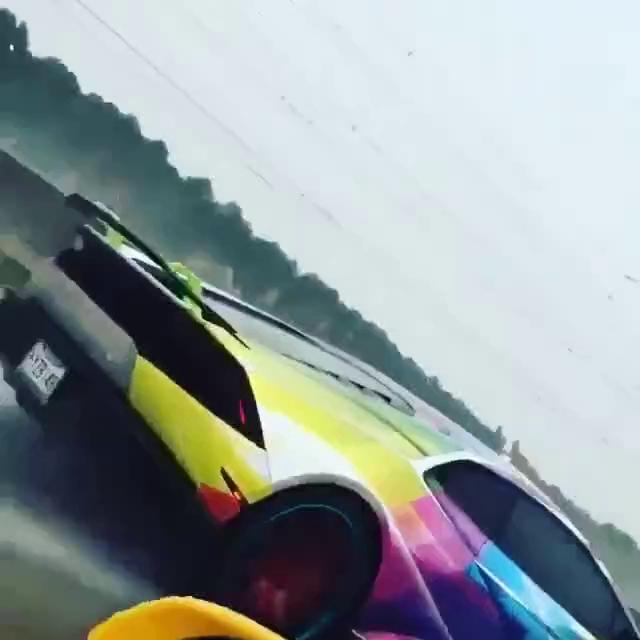 Hoa mắt với Lamborghini Huracan 7 sắc cầu vồng dạo phố