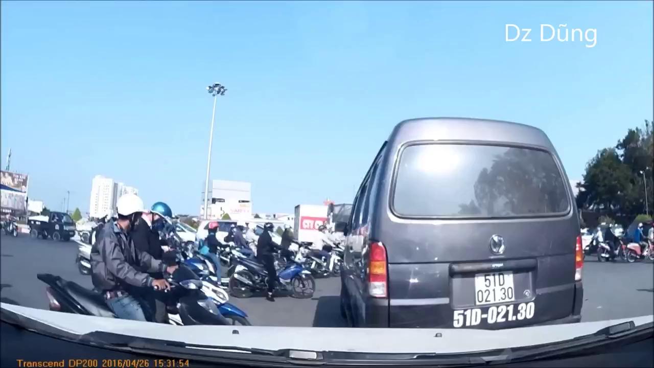 Sài Gòn: Xe máy cháy phừng phừng giữa trưa nắng
