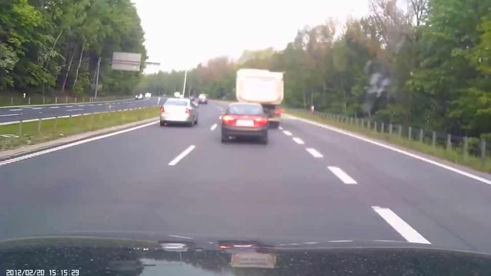 Chuyển làn đột ngột gây tai nạn cho người khác