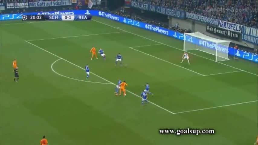 Bale đi qua 3 cầu thủ trước khi sút tung lưới Schalke