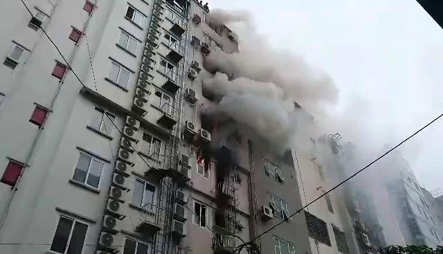 Hà Nội: Cháy 4 nhà cao tầng, nghi có người mắc kẹt - Ảnh minh hoạ 8